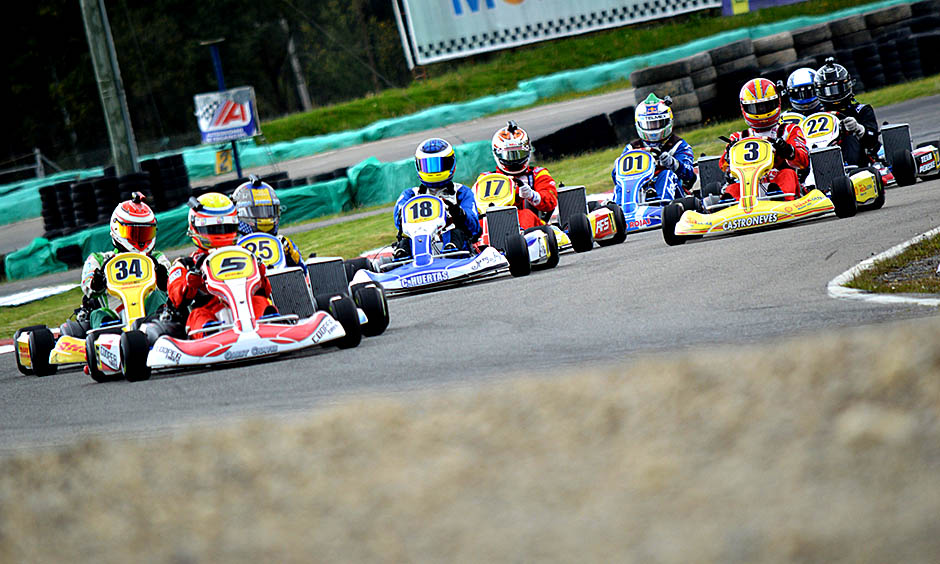 Gabby Chaves leads the field at the 2014 Race of the Stars event hosted by Juan Pablo Montoya.